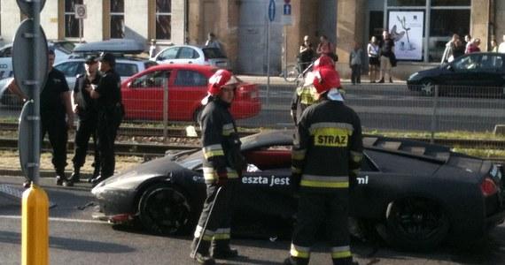 Dwie osoby zostały lekko ranne w wyniku wypadku, do którego doszło w centrum Wrocławia. Przy wjeździe do tunelu właściciel lamborghini nie wyrobił na zakręcie i uderzył w ścianę. Informację dostaliśmy od naszego słuchacza na Gorącą Linię RMF FM.