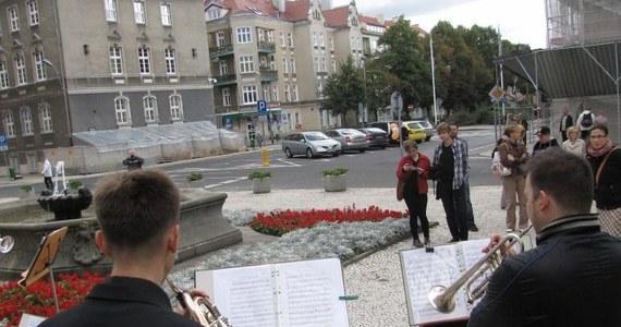 Na przystankach tramwajowych, placach i przy fontannie - łącznie w dziewięciu miejscach w Szczecinie odbyły się w sobotę koncerty filharmoników. Muzycy wyszli z na ulicę, by obwieścić rozpoczęcie zbliżającego się sezonu artystycznego oraz uczcić budowę nowego gmachu filharmonii.