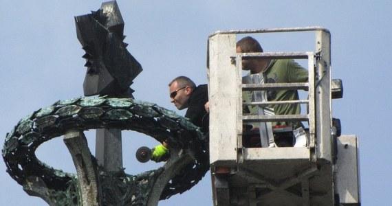 Dwaj mieszkańcy Stargardu Szczecińskiego przez kilkanaście minut próbowali odpiłować radziecką gwiazdę z Kolumny Zwycięstwa w centrum miasta. Nie udało się, bo była zbyt mocno przytwierdzona do pomnika. Za zorganizowanie nielegalnej akcji otrzymali mandat od drogówki.