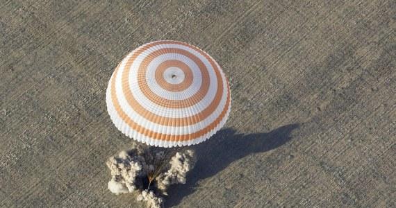Kapsuła z trzema członkami załogi Międzynarodowej Stacji Kosmicznej ISS bezpiecznie wylądowała na stepie w Kazachstanie - poinformowało centrum lotów kosmicznych w Moskwie. Przyleciało nią dwóch Rosjan i Amerykanin.