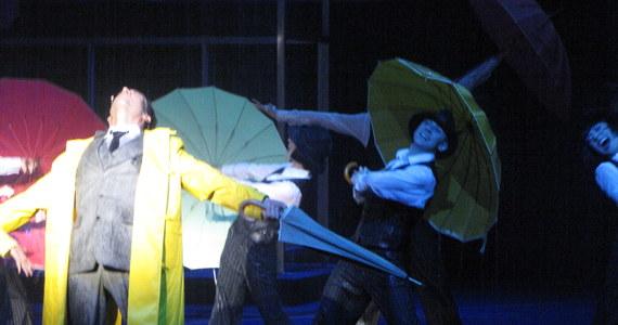 """Teatr Roma w strumieniach deszczu. 29 września odbędzie się premiera musical """"Deszczowa Piosenka"""" (""""Singin' In The Rain""""). To sceniczna wersja jednego z najpopularniejszych filmów muzycznych."""