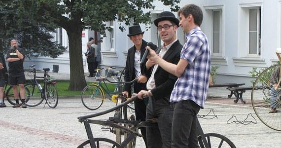Cały zrobiony z drewna, bez pedałów, wolny i bardzo niewygodny - taki był pierwszy rower. Te ciekawe, ale czasem mało praktyczne rowery można  oglądać w Łodzi przy ul. Piotrkowskiej.