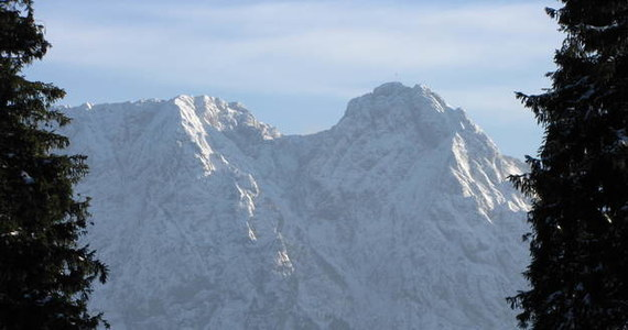 Do groźnego wypadku doszło w Tatrach. Z wierzchołka Giewontu spadł głaz. Uderzył turystę.