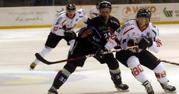 Fatalna passa Aksam Unii Oświęcim trwa. Trzecia drużyna ubiegłego sezonu Polskiej Ligi Hokejowej przegrała na własnym lodowisku z HC GKS Katowice 2:8. Z kolei w pojedynku na szczycie dotychczasowy lider tabeli GKS Tychy uległ Ciarko PBS Bank KH Sanok 0:2.