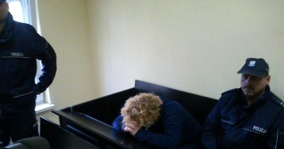 """Były błędy i zaniedbania w śledztwie dotyczącym śmierci dwójki dzieci w rodzinie zastępczej z Pucka. To wyniki zakończonej już kontroli postępowania. """"Prokurator został odsunięty od sprawy"""" - poinformowała Grażyna Wawryniuk, rzeczniczka Prokuratury Okręgowej w Gdańsku. Rodzice zastępczy są podejrzani o znęcanie się nad piątką dzieci i śmiertelne pobicie 3-letniego chłopca. Matka także o zabójstwo 5-letniej dziewczynki. Wczoraj zostali tymczasowo aresztowani na trzy miesiące."""