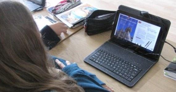W tabletach, które są dostarczane do kolejnych szkół w Polsce, jest możliwość wypełniania ćwiczeń i prowadzenia zeszytu. Nauczyciele zapowiadają – mimo cyfryzacji będziemy sprawdzać, czy uczniowie potrafią pisać… długopisem.