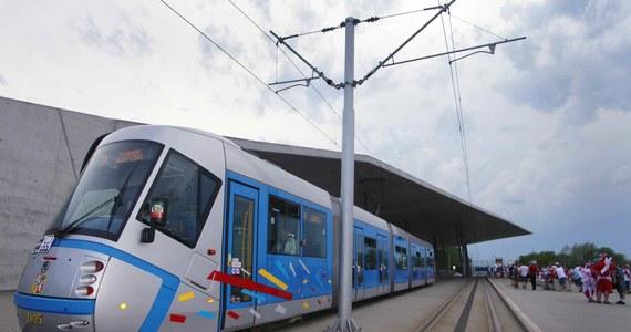 Na stadionie miejskim we Wrocławiu rozegrany zostanie dzisiaj mecz pomiędzy drużynami Śląska Wrocław i PGE GKS Bełchatów. Dla kibiców, którzy chcą obejrzeć to spotkanie, uruchomiono specjalnie linie tramwajowe i autobusowe.