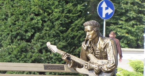 Jimi Hendrix ma swoją ławeczkę w centrum Dąbrowy Górniczej. To nieprzypadkowe miejsce, bo ponad 20 lat temu stojący tuż obok pomnik Bohaterów Czerwonych Sztandarów poświęcono właśnie legendarnemu muzykowi. I to uratowało wówczas monument przed całkowitym zburzeniem.