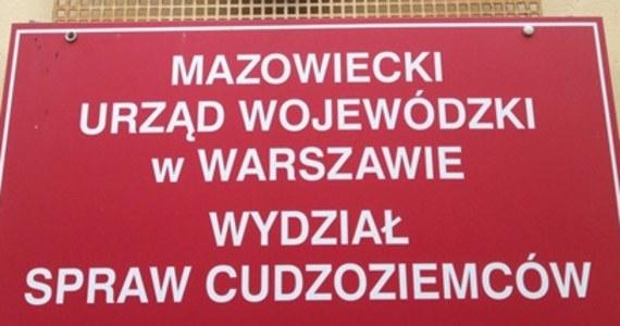 Karty stałego pobytu w Polsce i prawo do osiedlenia się do ponownej weryfikacji. Mazowiecki Urząd Wojewódzki będzie sprawdzał, ile osób zalegalizowało swój pobyt w Polsce posługując się fałszywymi dokumentami. Reporter RMF FM ujawnił, że cudzoziemcy ze wschodu składają podrobione dokumenty, świadczące, że ich przodkowie mieli polskie korzenie. Wtedy automatycznie mogą dostać prawo pobytu, a nawet starać się o polskie obywatelstwo.