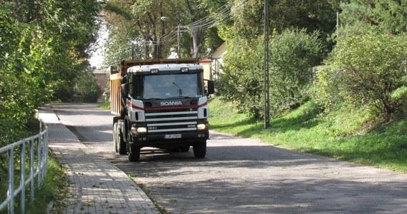 Mieszkańcy podlubelskiej Bystrzycy mają dość hałasu i utrudnień powodowanych przez ruch ciężarówek wożących piach z pobliskiej kopalni. Codziennie przez wieś przejeżdża nawet 100 pojazdów. Wszystko to dlatego, że niedaleko budowana jest obwodnica Lublina.