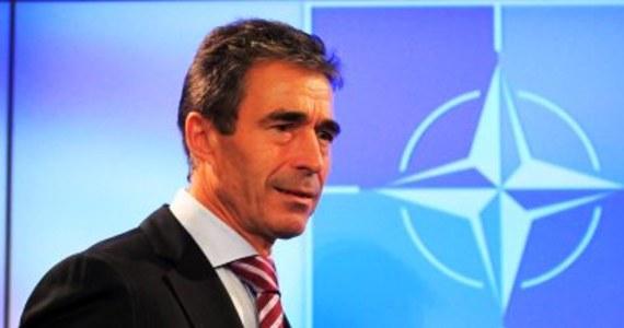 Państwa członkowskie NATO zdecydowały, że obecny sekretarz generalny Sojuszu Północnoatlantyckiego będzie sprawował swój urząd o rok dłużej. Duńczyk Anders Fogh Rasmussen zakończy swoje urzędowanie dopiero 31 lipca 2014 roku.