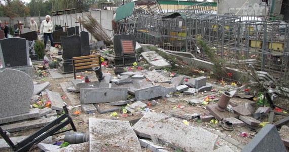 Część cmentarza w gliwickiej dzielnicy Sośnica wygląda jak wielkie gruzowisko.  Kilkanaście nagrobków kompletnie zniszczył środowy wybuch i pożar w sąsiednim zakładzie dystrybucji gazów.