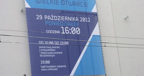"""Trwają ostatnie przygotowania do poniedziałkowego, długo oczekiwanego otwarcia nowej hali dworca kolejowego w Katowicach. Będzie można między innymi zwiedzić dworzec z przewodnikiem. Podróżnych i mieszkańców powitają płynące z megafonów głosy znanych osób, m.in Kazimierza Kutza, Piotra Kupichy czy Krystyny Loski. W poniedziałek o 19.00 na dachu rozbłyśnie neon """"KATOWICE""""."""