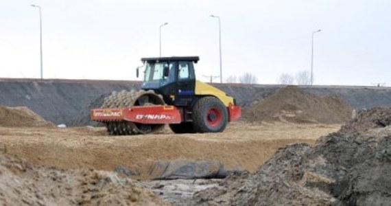 Tylko 16 spośród 100 wniosków podwykonawców autostrad A1 i A2 w Łódzkiem dotąd rozpatrzyła pozytywnie Generalna Dyrekcja Dróg Krajowych i Autostrad. Przedsiębiorcy zgłosili się do generalnej dyrekcji po wypłatę zaległych zobowiązań, bo główni wykonawcy nie płacili za wykonane prace małym firmom.