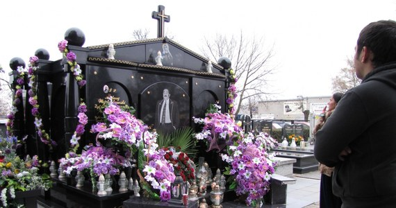 Alkoholowe toasty wśród kolorowych grobów tonących w świeżych i sztucznych kwiatach - tak dzień Wszystkich Świętych obchodzą Romowie. Z romskich nagrobków słynie cmentarz w Pabianicach koło Łodzi, gdzie zaciekawieni mieszkańcy przychodzą podziwiać strojne pomniki.