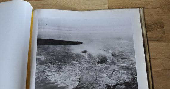 18 września 1944 - to data zrzutu amerykańskiego lotnictwa dla Powstania Warszawskiego. Była to jedyna taka akcja wykonana w ciągu dnia, jedyna w wykonaniu maszyn z USA. Dotarłem do albumu zawierającego oryginalne zdjęcia operacyjne, wykonane podczas tego historycznego wydarzenia.