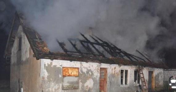 Tragedia w Baniach Mazurskich w Warmińsko-Mazurskiem. Trzech mężczyzn spłonęło w pożarze domu. Policja ustala ich tożsamość. Na miejscu pracuje prokurator.