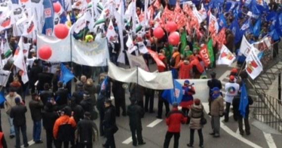 Kilkuset związkowców z OPZZ pikietowało przed ministerstwem pracy w Warszawie. Tak związek przyłączył się do podobnych protestów, które zorganizowano dzisiaj w całej Europie. To głośny sprzeciw wobec oszczędzaniu wprowadzonemu jako działanie antykryzysowe. Podobne pikiety odbyły się też w Gdańsku, Poznaniu, Wrocławiu, Katowicach.