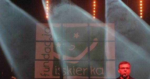 """Niecodzienny koncert odbył się dziś wieczór w Zabrzu. Na jednej scenie stanęło tam ponad sto osób. Obok znanych artystów, chórów dziennikarzy i policjantów zagrała Dziecięca Orkiestra Onkologiczna. Orkiestra, tak jak fundacja """"Iskierka"""", wspiera chore na nowotwory dzieci i ich bliskich."""