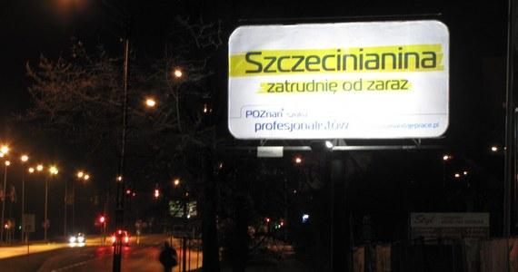 """Szczecińscy urzędnicy zareagowali na akcję promocyjną Poznania. Na ulicach stolicy Pomorza Zachodniego, podobnie jak kilku innych miast, pojawiły się plakaty zachęcające do przeprowadzenia się do Poznania. Na hasło: """"Szczecinianina zatrudnię od zaraz"""" do sieci trafił fotomontaż plakatu autorstwa szczecińskich urzędników z napisem: """"nie samą pracą żyje człowiek""""."""
