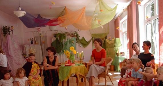 Władze Siemianowic Śląskich wypowiedziały umowę użyczenia lokalu stowarzyszeniu, które od 13 lat prowadzi społeczne przedszkole dla 60 dzieci. Powodem tej decyzji jest powiększenie miejskiego żłobka, który jest w tym samym budynku.