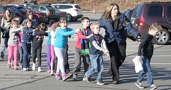 Oczytany,młody mężczyzna pochodzący z rozbitej rodziny, typ samotnika - oto wyłaniający się z relacji kolegów obraz zamachowca, który zastrzelił 26 osób w szkole podstawowej w amerykańskim Newtown. Wciąż nie wiadomo, co popchnęło 20-latka do popełnienia zbrodni.