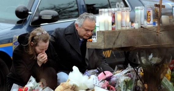 """""""20-letni Adam Lanza, który w piątek zastrzelił 20 dzieci i 6 dorosłych w szkole podstawowej w Newtown, popełnił samobójstwo, gdy zorientował się, że na miejsce przybyła policja"""" - powiedział gubernator Connecticut Dannel Malloy w telewizji ABC. Może to oznaczać, że 20-latek planował jeszcze większą masakrę, ale został powstrzymany. Motywy, którymi się kierował, pozostają nieznane."""