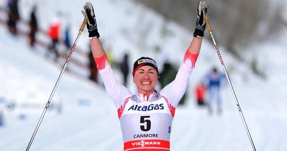 Justyna Kowalczyk bez najmniejszych kłopotów wygrała w Canmore bieg łączony na 15 kilometrów. Polka przez większość czasu biegła samotnie, na mecie wyprzedziła Finkę Annę Kyllonen o 34 sekundy. Pod nieobecność Marit Bjoergen Kowalczyk awansowała na pierwsze miejsce w klasyfikacji generalnej Pucharu Świata. Kolejne zawody dopiero po Świętach.