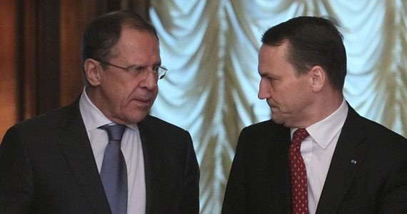 """Szef rosyjskiego MSZ-etu zadeklarował, że """"strona rosyjska podejmie wszystkie kroki, aby przekazanie wraku Tu-154M mogło się odbyć jak najszybciej"""" - poinformował po rozmowie z Siergiejem Ławrowem polski minister spraw zagranicznych Radosław Sikorski. """"Dziękuję za te słowa, trzymam za słowo i proszę stronę rosyjską o zrozumienie, dlaczego ta sprawa jest dla nas tak ważna"""" - dodał."""