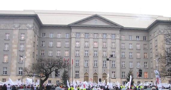 W Katowicach odbyła się demonstracja, którą zorganizował Międzyzwiązkowy Komitet Protestacyjno-Strajkowy. Przed urzędem wojewódzkim zebrało się 2 tysiące osób, między innymi z Solidarności, Związku Zawodowego Górników OPZZ i Sierpnia 80. Od czasu do czasu wybuchały petardy, ale było dość spokojnie.