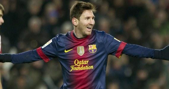 """Argentyński piłkarz Lionel Messi przedłużył do 2018 roku kontrakt z Barceloną - poinformował w klub. Ponadto nowe umowy podpisali Xavi Hernandez i Carles Puyol. """"Ci trzej zawodnicy tworzą filar naszego zespołu, najlepszej drużyny w historii klubu. To, że oni z nami zostają, jest wspaniałą wiadomością, o której wszyscy marzyliśmy"""" - powiedział rzecznik prasowy zespołu."""
