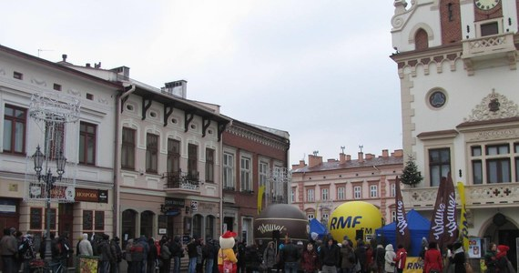 Choinkowy konwój RMF FM dotarł dziś do Rzeszowa! By otrzymać drzewko, wystarczyło przyjść na Rynek, aby zwiększyć swoje szanse... zaśpiewać. Na zwycięzcę kolędowego karaoke czeka wyjątkowa nagroda - występ na antenie RMF FM!