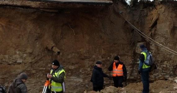 W ciągu najbliższej doby powinno rozpocząć się odgruzowywanie garaży zniszczonych przez osuwisko w Ostrowcu Świętokrzyskim. Geolodzy, którzy zbadali miejsce katastrofy, stwierdzili natomiast, że na razie nie będzie można rozpocząć odbudowy zniszczonej jezdni.