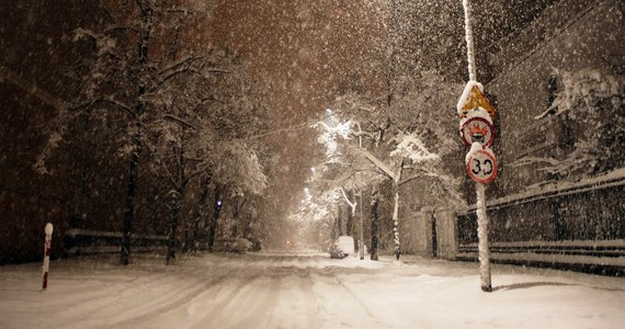 Zima nie rozpieszcza kierowców. Opady śniegu z deszczem sprawiły, że w niedzielny wieczór sytuacja na większości krajowych tras była wręcz katastrofalna. Dzwoniąc na Gorącą Linię RMF FM ostrzegaliście nas jednak nie tylko przed śliską nawierzchnią, ale także przed... nieodśnieżonymi płatnymi autostradami.