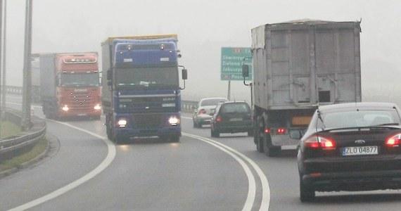 Mgły i padający deszcz utrudniają podróżowanie po północno-wschodniej Polsce. Podobnie jest w województwie mazowieckim - alarmuje nasz reporter Piotr Bułakowski.