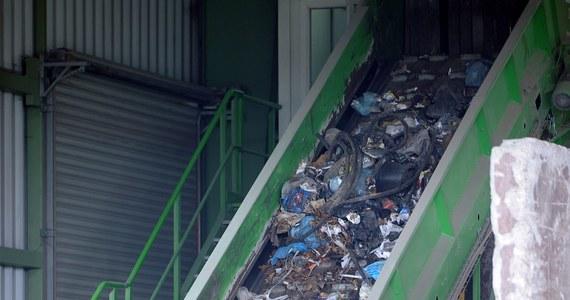 Prokuratura umorzyła śledztwo ws. martwego noworodka znalezionego w kwietniu w sortowni śmieci w Pruszkowie. Jak ustalił reporter RMF FM Roman Osica, śledczy podjęli taką decyzję, ponieważ nie udało się ustalić, kto porzucił ciało chłopca, nie jest znana też tożsamość jego rodziców.