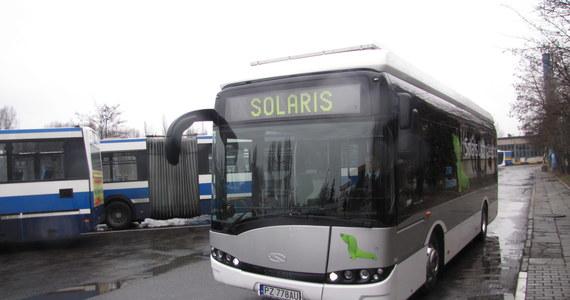 Jazda krakowską komunikacją miejską już nigdy nie będzie taka sama. Po mieście jeździ już pierwszy elektryczny autobus. Jest tak cichy, że można w nim rozmawiać szeptem. Zabiera na pokład pasażerów, którzy stoją na podłodze przypominającej trawnik, a na suficie widzą niebieskie niebo z chmurami.