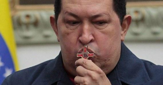 Stan zdrowia prezydenta Wenezueli Hugo Chaveza poprawia się i w przeciwieństwie do tego, co podawały niektóre źródła, nie jest on w stanie śpiączki. Tę informację przekazał brat głowy państwa - Adan, który odwiedził go w szpitalu w Hawanie. Chavez w grudniu przeszedł na Kubie czwartą już operację usunięcia zmian nowotworowych.