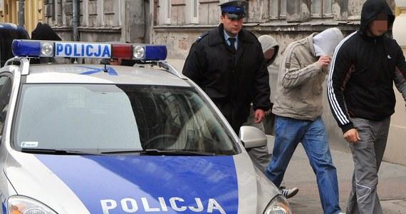 Na jednej z łódzkich ulic doszło do bójki dziewięciu pseudokibiców Łódzkiego Klubu Sportowego i Widzewa. Podejrzani, którzy mają od 17 do 25 lat, wpadli w ręce policji. Pełnoletnim grozi do 3 lat więzienia.
