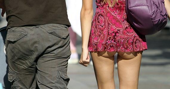 Panowie zatrudnieni w angielskich biurach chcą wprowadzenia zakazu noszenia minispódniczek przez koleżanki z którymi pracują. Jak tłumaczą, takie widoki są zbyt rozpraszające. Najnowsze badania socjologów z Wielkiej Brytanii pokazują, że jedna trzecia Brytyjczyków płci męskiej domaga się, aby ubieranie krótkich spódnic, szortów, czy zbyt obcisłych spodni  było prawnie zabronione.