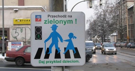 W Szczecinie montowane są nietypowe tabliczki zachęcające do przechodzenia przez pasy na zielonym świetle. Pomysłowość ich autorów nie dorównuje jednak tej, jaką wykazali się projektanci przejść w kilku innych miastach na świecie.