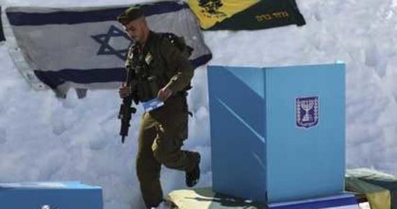 W Izraelu ruszyły wybory do parlamentu. Przedwyborcze prognozy wskazują na wygraną prawicowej koalicji partii Likud i Nasz Dom Izrael oraz wróżą trzecią kadencję obecnemu premierowi Benjaminowi Netanjahu.