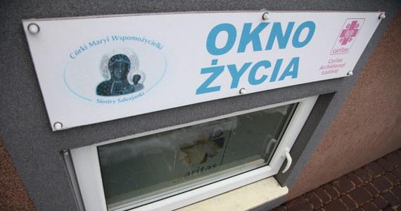 Policja zatrzymała 21-latka z Sulejowa w Łódzkiem podejrzewanego o uprowadzenie półtorarocznego chłopca. Dziecko odnalazły w prowadzonym przez siebie oknie życia siostry salezjanki z Piotrkowa Trybunalskiego. Jego stan jest dobry.