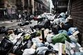 Neapol: Co godzinę przybywa 50 ton śmieci na ulicach
