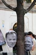 """Tusk i Michnik """"powieszeni na drzewie"""" przed Pałacem"""