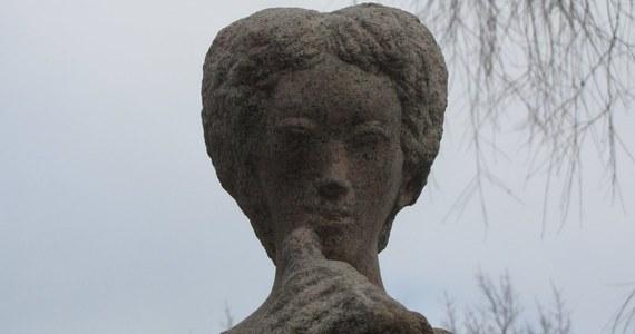 Jeden z najbardziej znanych szczecińskich pomników - postument Króla Maciusia Pierwszego  - został przeniesiony w nowe miejsce. Figura przez ponad 50 lat stała przed budynkiem szkoły podstawowej, która będzie wyburzona. Uczniowie przenieśli się do innej szkoły. Dziś pierwszy raz w nowym miejscu przywitała ich przeniesiona w to miejsce figura Króla Maciusia Pierwszego.