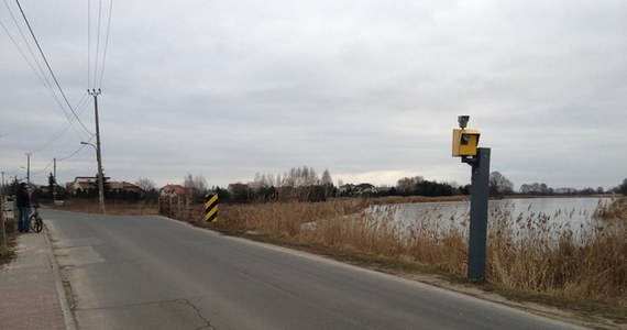 Inżynier ruchu nie zgodził się na zniesienie ograniczenia prędkości do 30 kilometrów na godzinę obowiązującego na ulicy Rosochatej w Warszawie. Nie przekonały go ani skargi mieszkańców, ani argumenty, że to boczna i prosta droga.