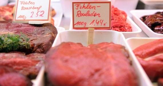 """Niemiecki tygodnik """"Der Spiegel"""" napisał, że konina dodawana do wołowiny na zachodzie Europy pochodziła z Polski. Niemiecki tygodnik twierdzi, że firma produkująca gulasz dla sieci tanich sklepów Aldi Sued kupowała mięso od pośrednika, który z kolei importował je od jednej z polskich firm. Dziennik dodaje, że ślady koniny deklarowanej jako wołowina prowadzą także do Włoch."""