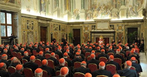 Kardynałowie, którzy zjechali do Watykanu, by pożegnać Benedykta XVI i wybrać nowego papieża, otrzymają dziś zaproszenia na serię spotkań, podczas których ustalona zostanie data konklawe. Według Caludio Cellego, szefa Papieskiej Rady ds. Środków Społecznego Przekazu, purpuraci zaczną głosować 11 marca.