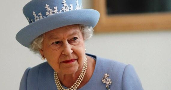 Ze względu na stan zdrowia 86-letnia królowa brytyjska Elżbieta II odwołała udział w publicznych imprezach do końca tygodnia. W oficjalnym komunikacie zapewniono jednak, że monarchini będzie obecna na spotkaniach i uroczystościach w Pałacu Buckingham.